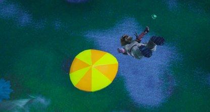 Rebondir sur un parasol de plage géant