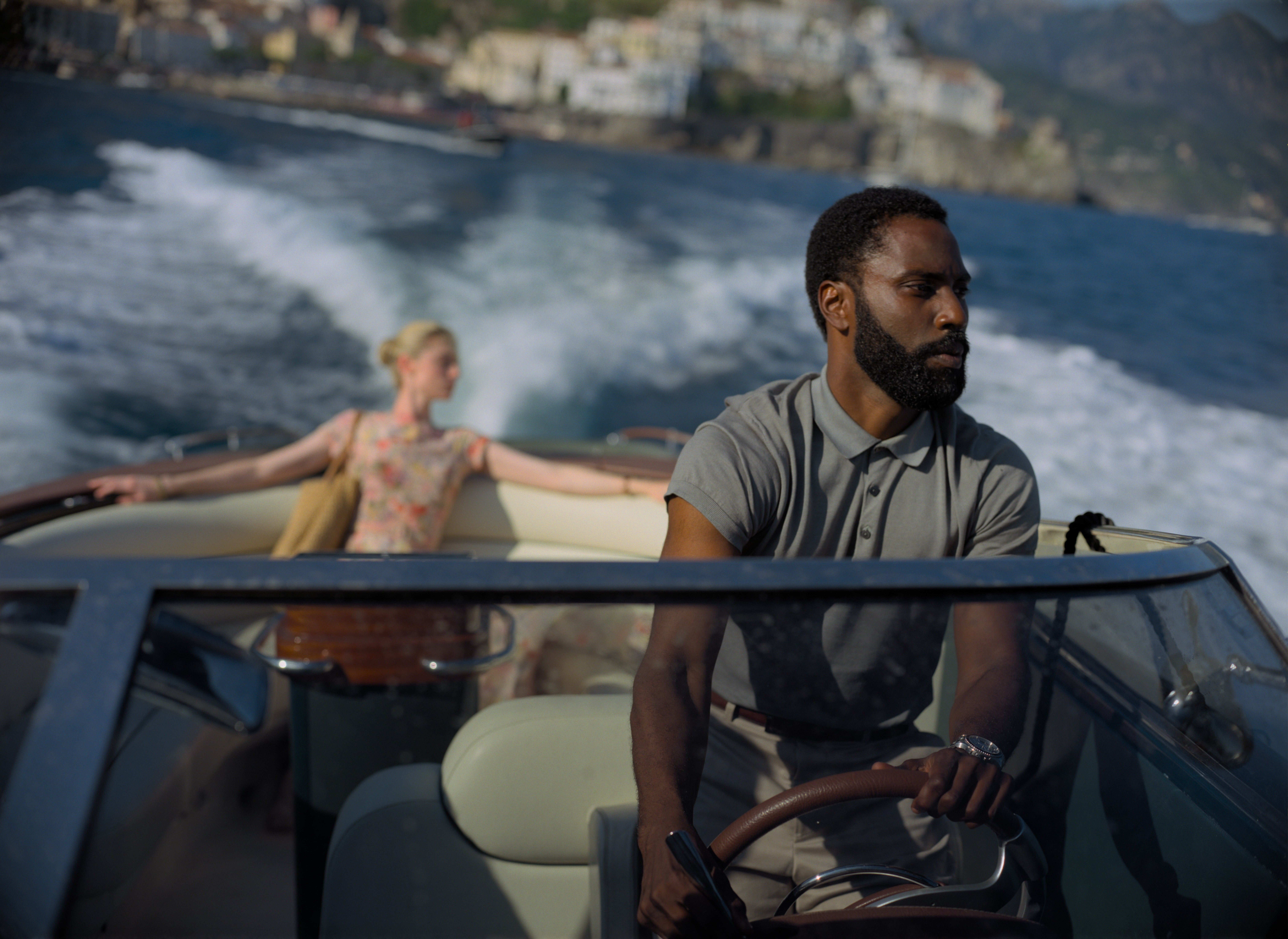 (L-r) ELIZABETH DEBICKI et JOHN DAVID WASHINGTON dans l'épopée d'action de Warner Bros Pictures